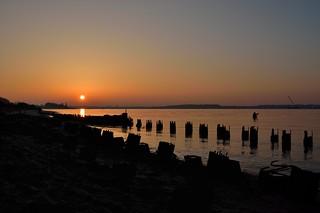 Sachen im Wasser bei Sonnenuntergang