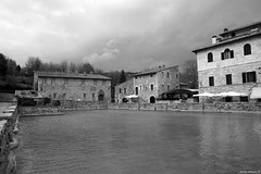 Bagno Vignoni (Bianco e Nero) (Darea62) Tags: village valdorcia tuscany cloudy unesco toscana bagnovignoni pool terme spa borgo blackwhite bw houses history ancient old travel