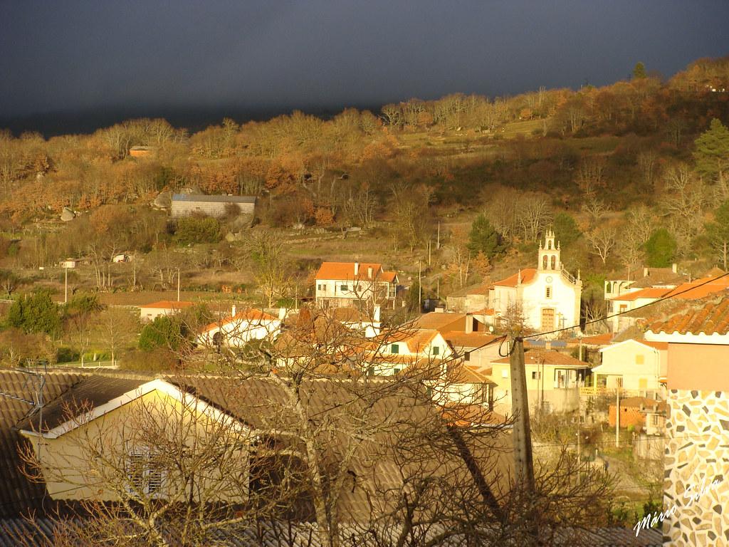 Águas Frias (Chaves) - ... em dia cinzento uns raios de luz incidem sobre a aldeia ...