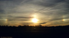 [ Still our golden hallmarks ] (Chris Séhenna) Tags: ciel sky cielo nuages clouds nube soleil sun sol parhélie sundog parhelio arcenciel rainbow arcoiris crépuscule sunset puestadelsol silhouette silueta anges angels ángeles dieu god dios