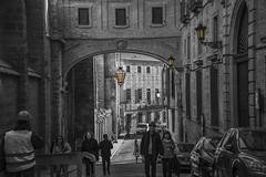 Turistas en la ciudad de las tres culturas. Toledo (M,L.C.*) Tags: gente edificio arco lamparas turistas calle monumento antiguedad ciudadcultural toledo