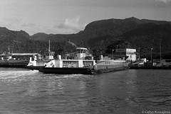 Balsa de Ilhabela (Celso Kuwajima) Tags: epsonv800 silverfastai landscape ferry 20171134 bw leicam4 boat analogphotography leicasummicroncollapsibleltm502 ilforddelta400 sea sãopaulo brazil br