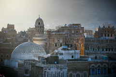 Yemen: mosquée et maisons-tours dans le vieux Sanaa. (Claude Gourlay) Tags: yemen yemeni iémen yaman arabie arabia arabiafélix arabieheureuse claudegourlay moyenorient middleeast maisontour mosquée musulman