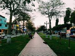 Paseo por la avenida (christopher.gd) Tags: lima comas park natural walk sun