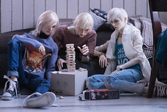 Noel: c'mon, Sean, I want to finish before the year ends.  Sean: it's all about math, kids. trust me, I'm the Architect! (Natsumi °•¤) Tags: sean jason noel 5thmotif venitu pygmaliondoll ha allen dollstown bjd