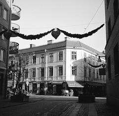 Haga nygata (rotabaga) Tags: sverige sweden göteborg gothenburg svartvitt blackandwhite bw bwfp lomo lomography lubitel166 tmax400 twinlens linnéstaden