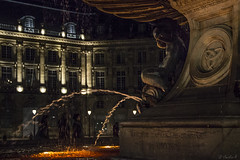 Refreshing... (Cecilia A) Tags: aquitaine bordeaux france placedelabourse fontaine fonte fountain ange angel anjo night noite nuit lafontainedestroisgrâces architecture canon canont3i canon600d ©ceciliaa
