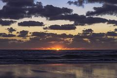 Alba (Wal Wsg) Tags: alba amanecer amanece sol sun sunrise sunlight mar sea water agua dia day 7dwf 7dwfmondaysfreetheme phwalwsg paisaje paisajeargentino canoneosrebelt3 argentina provinciadebuenosaires mardeajo playa beach