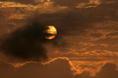 Amanecer de fuego. (angelalonso57) Tags: 300 16 1200 canon 70300 tamron sun sunset sky amanecer orange naranja explore explorar vc di eos ciel 70300mm 1300d ƒ160 3000 mm 100 paisajes