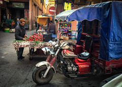 Fresas / Strawberries (jfraile (OFF/ON slowly)) Tags: marrakech moto mercado mercadocallejero calle personas fotocallejera zoco bazarmarruecos lamedina motorcycle strawberries tricicle market streetmarket street people streetphoto souk bazaarmorocco jfraile javierfraile themedina fresas morocco