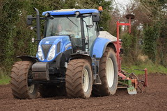New Holland T7.185 Tractor with an Amazone Power Harrow & Kverneland Accord DA-S Seed Drill (Shane Casey CK25) Tags: new holland t7185 tractor amazone power harrow kverneland accord das seed drill cnh nh blue newholland casenewholland traktori tillage trekker tracteur trator traktor ciągnik sow sowing set setting drilling till tilling plant planting crop crops cereal cereals county cork ireland irish farm farmer farming agri agriculture contractor field ground soil dirt earth dust work working horse horsepower hp pull pulling machine machinery grow growing nikon d7200