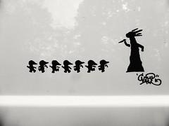 Schneewittchen und die sieben Zwerge - Lohr am Main (Compy54) Tags: schneewittchen snowwhite zwerge dwarfs lohr lohrammain lohrmain aufkleber sticker auto car schwarzweis blackwhite sw bw