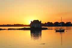 Tramonto a Saint-Cado (maxlancio) Tags: francia france belz saint cado tramonto sole barca barchetta giallo arancio sunset casetta casa water mare sea