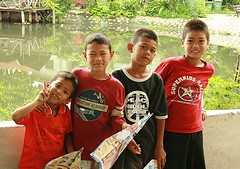 boys and their paper planes (the foreign photographer - ฝรั่งถ่) Tags: four boys children paper airplanes khlong thanon portraits bangkhen bangkok thailand