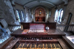Rock'n Roll ! (urban requiem) Tags: piano orgue clavier touches urbex urban exploration urbanexploration urbanrequiem abandonné abandoned abbandonato abbandonata verlaten verlassen lost old decay derelict hdr 600d 816 sigma france chapel chapelle kapelle chiesa chiesetta église eglise church silencieuse chapellesilencieuse lachapellesilencieuse