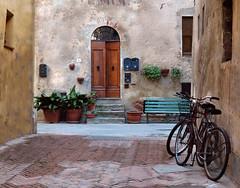 Pienza (Jolivillage) Tags: jolivillage village pueblo borgo pienza valdorcia toscane tuscany toscana italie italia italy europe europa vélos bicyclettes rue street porte porta door picturesque old geotagged