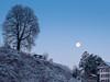 Once in a blue moon... (uhu's pics) Tags: ciel sky himmel orange bleu blue blau froid cold kalt gel frost arbre tree baum maison house haus pleine full vollmond lune moon mond matin morning morgen 90mm xp2 xpro xpro2 fujinon fujifilm fuji