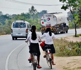 Cycling to school<> Étudiantes à vélo.