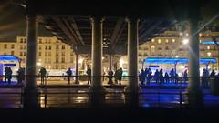 118-Paris décembre 2017 - Cours de Vincennes, l'arrêt du tramway sous les voies de la Petite Ceinture (paspog) Tags: paris france 2017 décembre nuit night nacht tramway station coursdevincennes