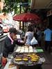 Llamada entre bananas (grand poulet) Tags: vendedor ambulante banana plátano bangkok tailandia