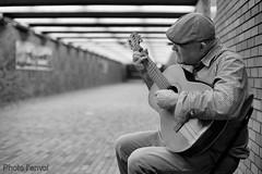 Place Bonaventure (photolenvol) Tags: musicien placebonaventure metro stm chanteur