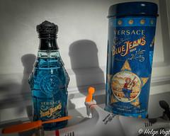 Blue Jeans - Versace (Laterna Magica Bavariae) Tags: blue jeans versace 1994 anis basilikum bergamotte rosenholz wacholder zitrusfrüchte gartennelke rosengeranie heliotrop jasmin lavendel maiglöckchen rose salbei tanne amber iris moschus patchoulli sandelholz tonkabohne vanille vetiver zeder produktfotografie parfum parfüm eau de toilette edt edp duft