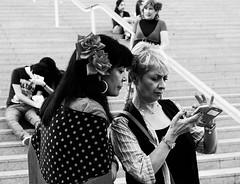 Compartiendo confidencias (ameliapardo) Tags: compartir blancoynegro personas viapublica sevilla andalucia españa amigas fujixt1