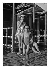mamma ad Ostia - 1957 (30) (dindolina) Tags: photo fotografia blackandwhite bw biancoenero monochrome monocromo family famiglia history storia marialaviniabovelli ostia roma rome italy italia 1957 fifties annicinquanta 1950s vintage mare spiaggia beach sea summer estate vacation vacanze