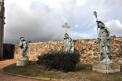Astorga (León). Palacio Episcopa. Esculturas en el jardín (santi abella) Tags: astorga león castillayleón españa palacioepiscopaldeastorga antoniogaudí