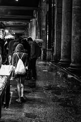 Barcelone sous la pluie 4 (Olivier DESMET) Tags: barcelone espagne catalogne street streetphoto streetphotography scenederue photosderue olivierdesmet people lesgens candid urbain urban pluie rain noirblanc blackandwhite bw monochrome canon 6d 40mmstm barcelona marché mercat laboqueria
