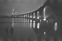 Photographers at work/ Fotografen aan de slag (cluffie598) Tags: canonae1 canonfd 50mm f14 ilforddelta3200 ilford grain highiso silhouette dusk nijmegen oversteek bridge photographer
