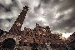 Palazzo Pubblico e Torre del Mangia - Siena (Italy) (Andrea Moscato) Tags: andreamoscato italia toscana tuscany cielo clouds city città nuvole sky sun sole luce light ombre shadow architecture architettura architect art arte unesco town tower torre ancient antico history historic palace palazzo centre perspective medioevo clock ray day