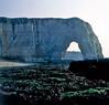 Étretat, een natuurlijke zeeboog, Normandië Frankrijk 1983 (wally nelemans) Tags: étretat natuurlijkezeeboog seaarch normandië frankrijk france 1983