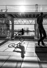 El equilibrista (Alicia Clerencia) Tags: málaga promenade contraluz backlighting blackwhite bike bicicleta shadow sombra statue estatua urbana street