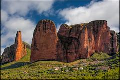 Kleines Dorf vor gigantischer Felsenkulisse (angelofruhr) Tags: felsen spanien greaterphotographers
