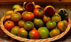 Tomates de la huerta. (angelalonso4) Tags: rojo red verde green tomate huerta canon 1300d tamron 90mm gavá mercat mercado fruteria bodegon iluminacioncontinua mercagava explore ef orange naranja f16 españa colores usd vc di