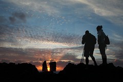 Making of (Elios.k) Tags: horizontal outdoors people two couple man woman together photographer tripod silhouette beach water sea atlanticocean sun sunset sunsettinginthesea seasunset cloudy sky weather clouds rocks twinrocks formation seascape sunlight beautifullight crepuscularrays raysoflight colour color light flare ilheverde travel travelling june2017 summer vacation canon 5dmkii photography island saomiguel mosteiros acores azores portugal europe