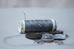 En mi costurero (Letua) Tags: gris grey 52semanas 52weeksproject 52weeks lifeisarainbow hilo aguja botones needle thread buttons
