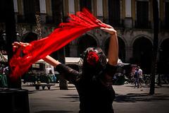 Barcelone, danseuse de flamenco (Olivier DESMET) Tags: barcelone espagne catalogne olivierdesmet street streetphoto streetphotography people candid lesgens photosderue scenederue danseuse flamenco canon 6d ef24105 couleurs rouge urbain urban red