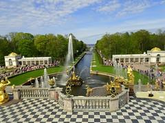 Peterhof - Blick auf den Seekanal (Zwischenrast) Tags: skulpturen kanal gärten springbrunnen