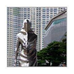 La Dame de fer / Busan - Corée (PtiteArvine) Tags: corée busan statue immeubles buildings fenêtres ville