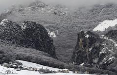 Ambiente invernal en Las Dos Hermanas. (Fotografias Unai Larraya) Tags: paisajes navarra nieve montaña ngc frio invierno roca nieblas pueblos
