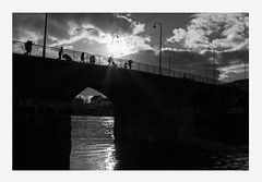 Romanic bridge (AlphaAndi) Tags: mono monochrome brücke bridge leute personen people menschen menschenbilder urban fluss river fullframe vollformat wow wasser water