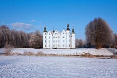 Winter in Ahrensburg (Lilongwe2007) Tags: ahrensburger schloss deutschland schleswig holstein winter schnee eis frost weis himmel sonne wetter kalt architektur