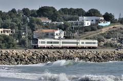 PER LA COSTA (Andreu Anguera) Tags: tren pasajeros mediterráneo platjallarga cubelles vilanova barcelona catalunya serie448 andreuanguera