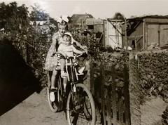 Renkum Bergerhof Mieke en Jan Foto ca 1960 Collectie Fam van Maurik (Historisch Genootschap Redichem) Tags: renkum bergerhof mieke en jan foto ca 1960 collectie fam van maurik