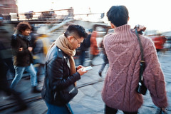 Fashion Shoppers (Taomeister) Tags: contaxg2 kodake100vs ektachrome100vs milanitaly milano lombardia italy it