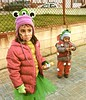 Lua y Kalita (Felipe Sérvulo) Tags: niñas guapas carnaval carnival enfado calle gorritos