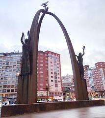 Monumento a las Fuerzas Armadas en Plaza de España Burgos 01 (Rafael Gomez - http://micamara.es) Tags: burgos escultura en la calle monumento homenaje victimas yak42 las fuerzas armadas plaza de españa fuentes artisticas agua fuente