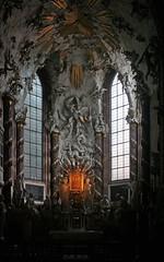 Der Hochaltar in der Michaelerkirche in Wien (Wolfgang Bazer) Tags: michaelerplatz michaelerkirche st michaels church kirche kircheninnenraum hochaltar wien vienna österreich austria